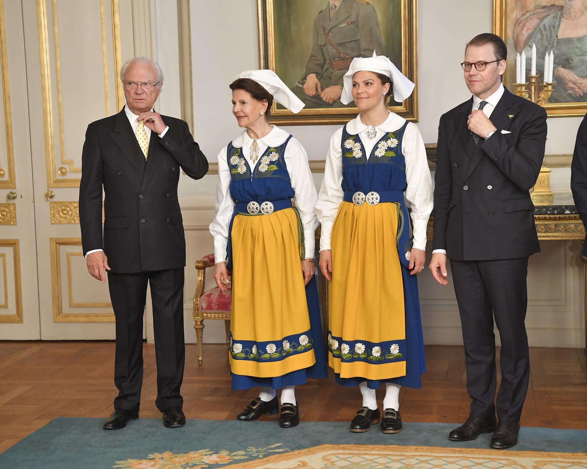 Drottning Silvia och kronprinsessan Victoria iklädda Sverigedräkten. Arkivbild.