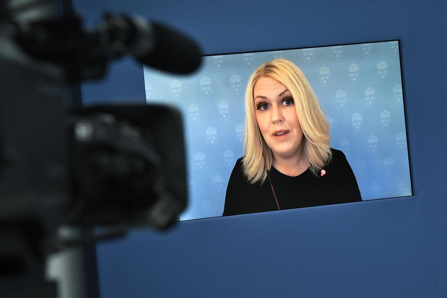 Socialminister Lena Hallengren (S) informerar om regeringens plan för att avveckla restriktionerna. Arkivbild.
