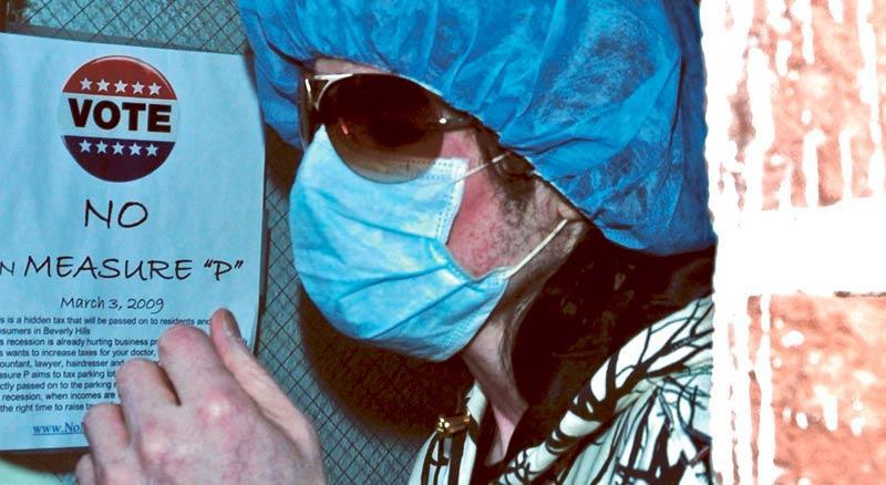 Michael Jackson har besökt en klinik i Beverly Hills för vård. Han är rödblossig i ansiktet och döljer sig under ett stort hårskydd och solglasögon. Superstjärnan upppges ha drabbats av en allvarlig infektion efter att ha gjort plastikkirurgi på sin näsa.