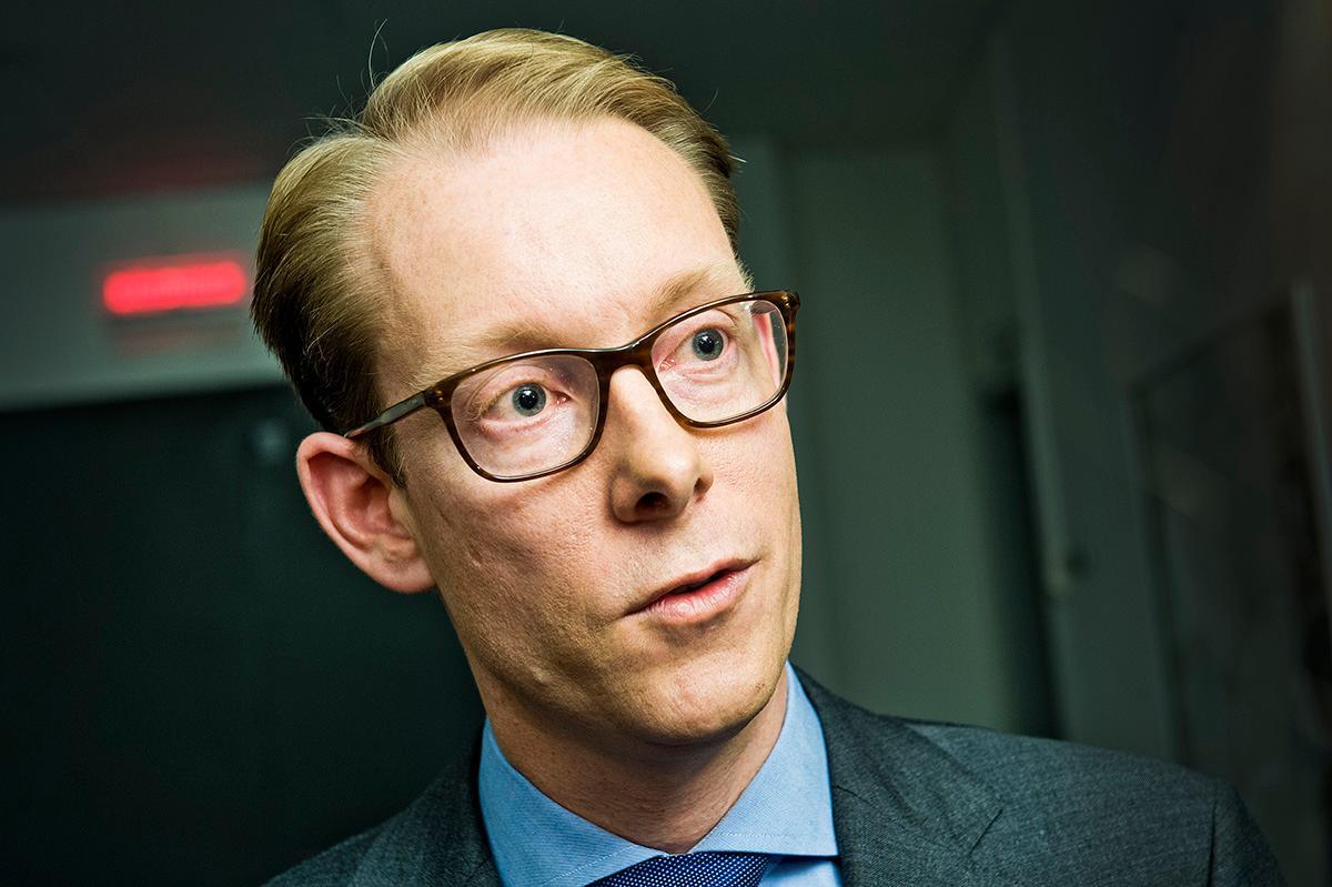 Tobias Billström ser allvarligt på Erik Bengtzboes upplägg.