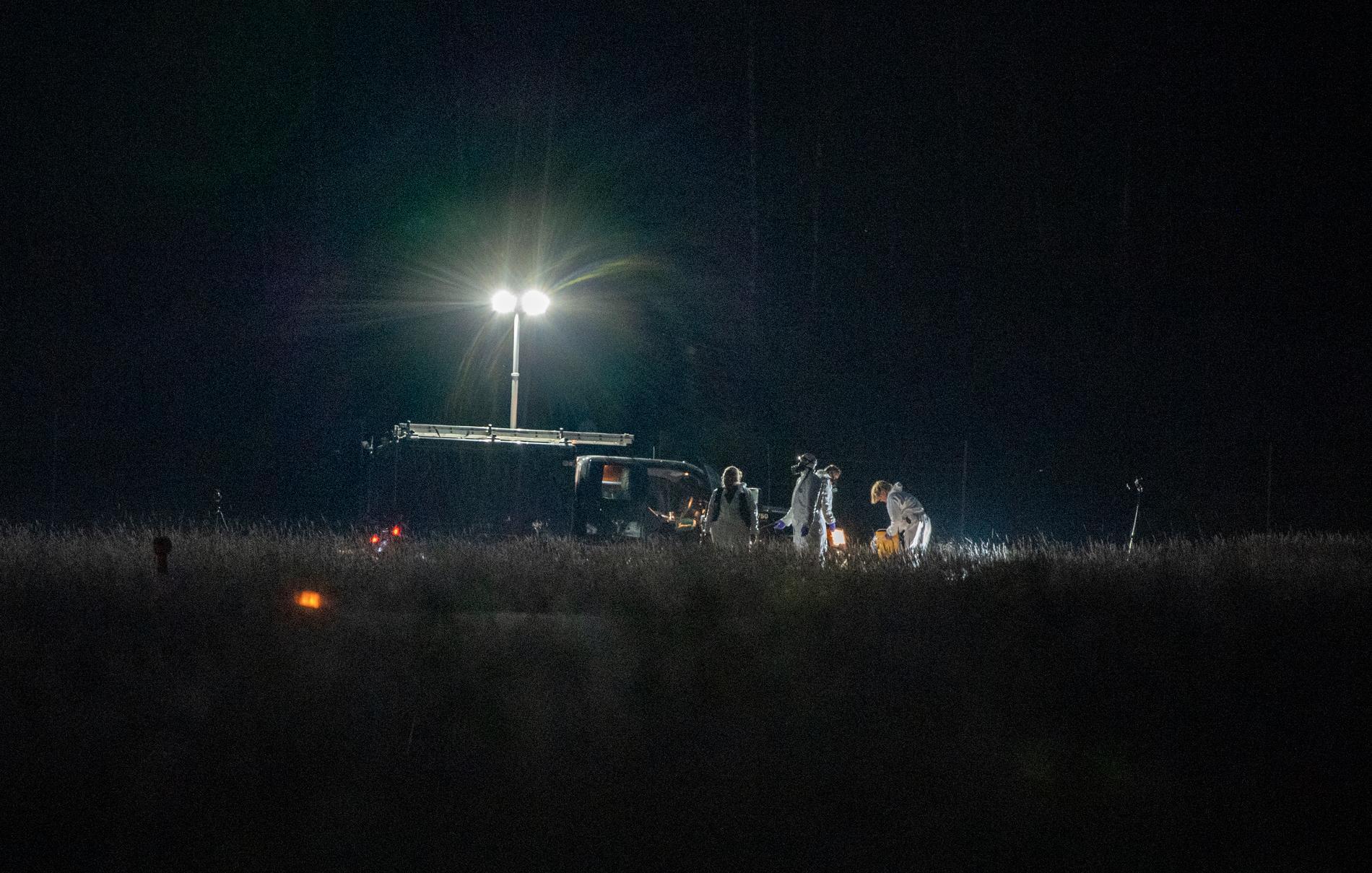 Polisen tekniker på plats under natten.