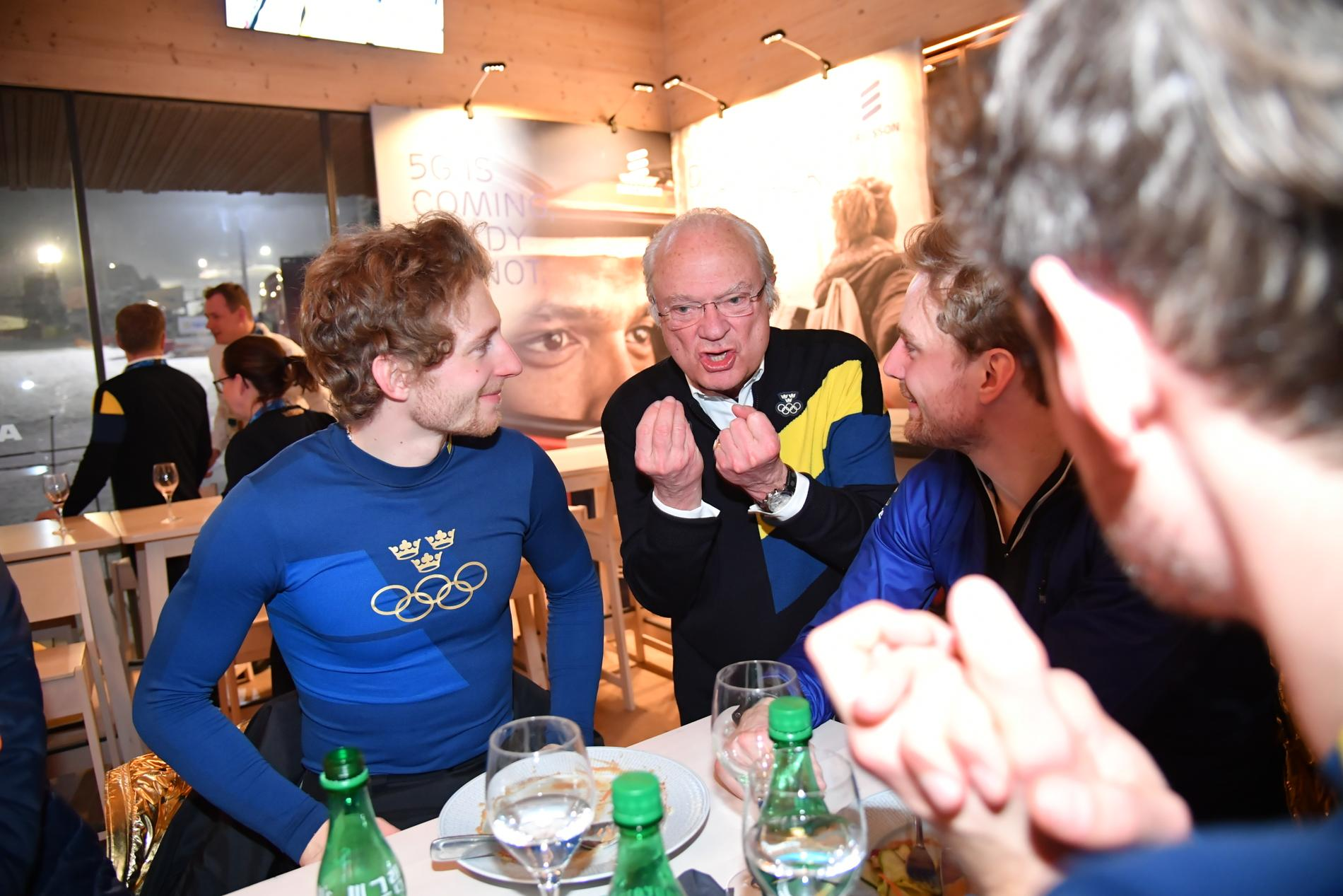 Peppe Femling, längst till vänster, fick sällskap av kungen under middagen.