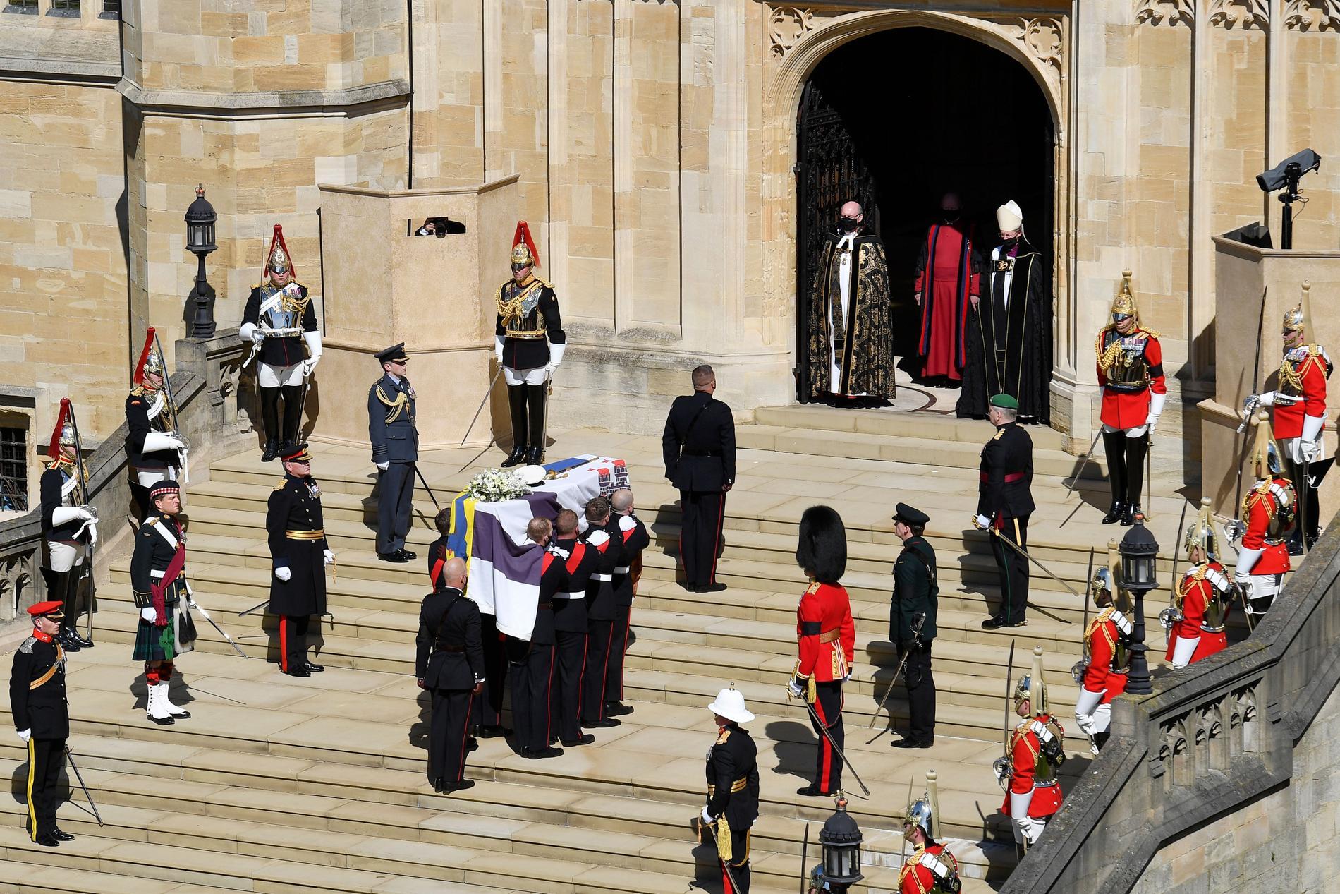 Kistan bärs in i S:t Georges kapell för begravningen. Sista vilan får prinsen i den kungliga kryptan.