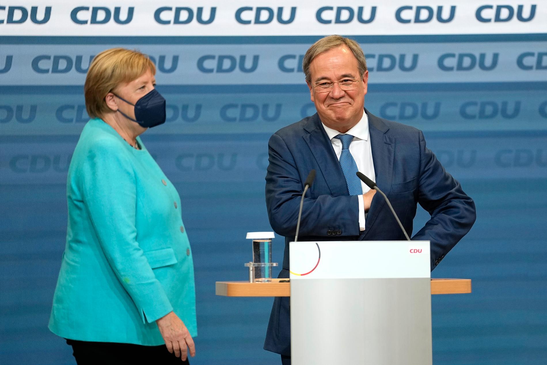 Förbundskansler Angela Merkel bredvid guvernör Armin Laschet, till höger, i partiets högkvarter i Berlin, under valsöndagen den 26 september. Tyska väljare gick till valurnorna för att välja nytt parlament – och vem som efterträder förbundskansler Angela Merkel efter hennes 16 år vid rodret i Europas största ekonomi.