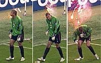Scener som ska undvikas. Den italienska regeringen har klubbat igenom nya lagar för att förhindra det ökade våldet på landets fotbollsarenor. På bilden scenerna när Milans stjärnmålvakt Dida knockas av brandfacklor i mötet med Inter den gångna säsongen.