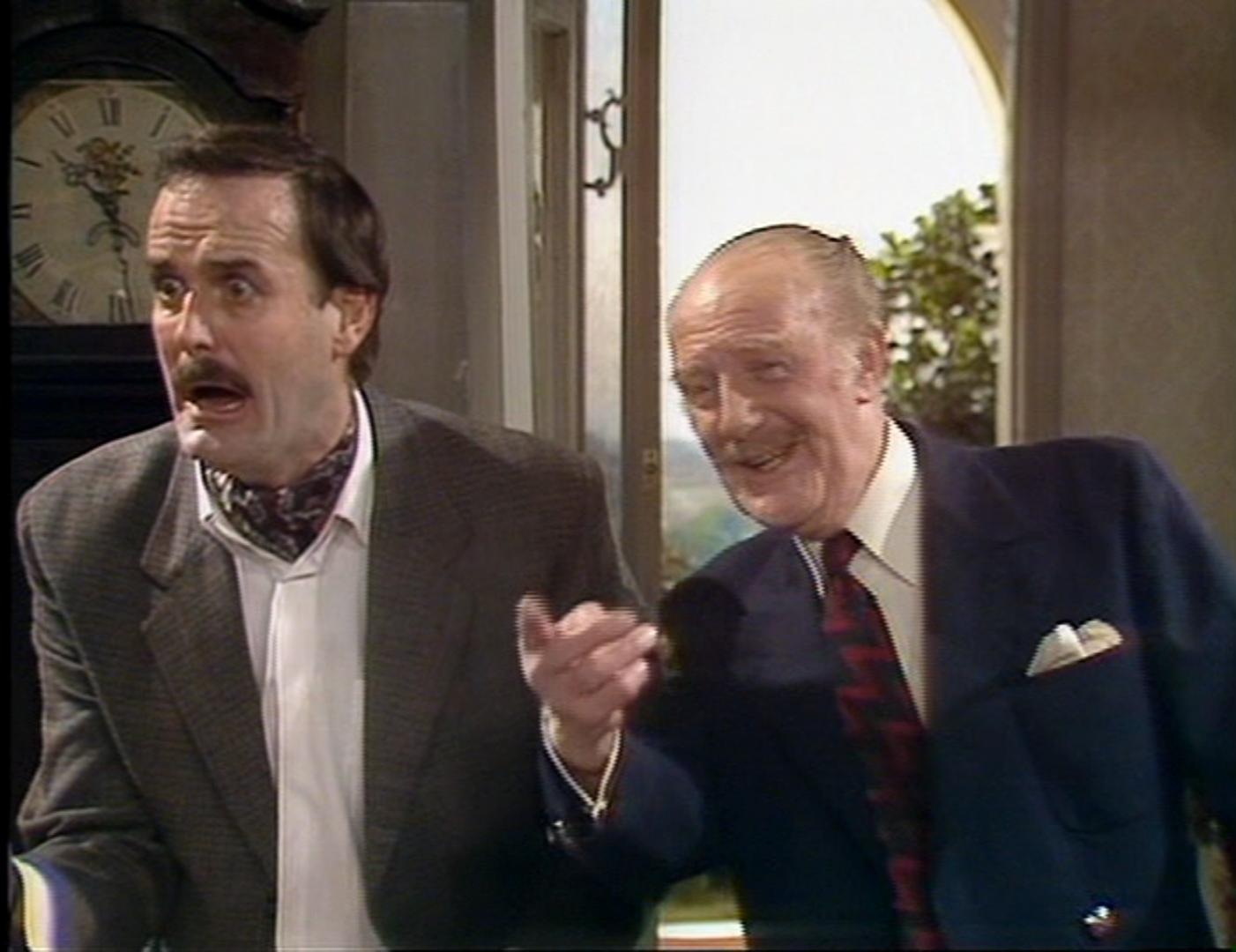 John Cleese och Ballard Berkeley som Basil Fawlty och major Gowen.