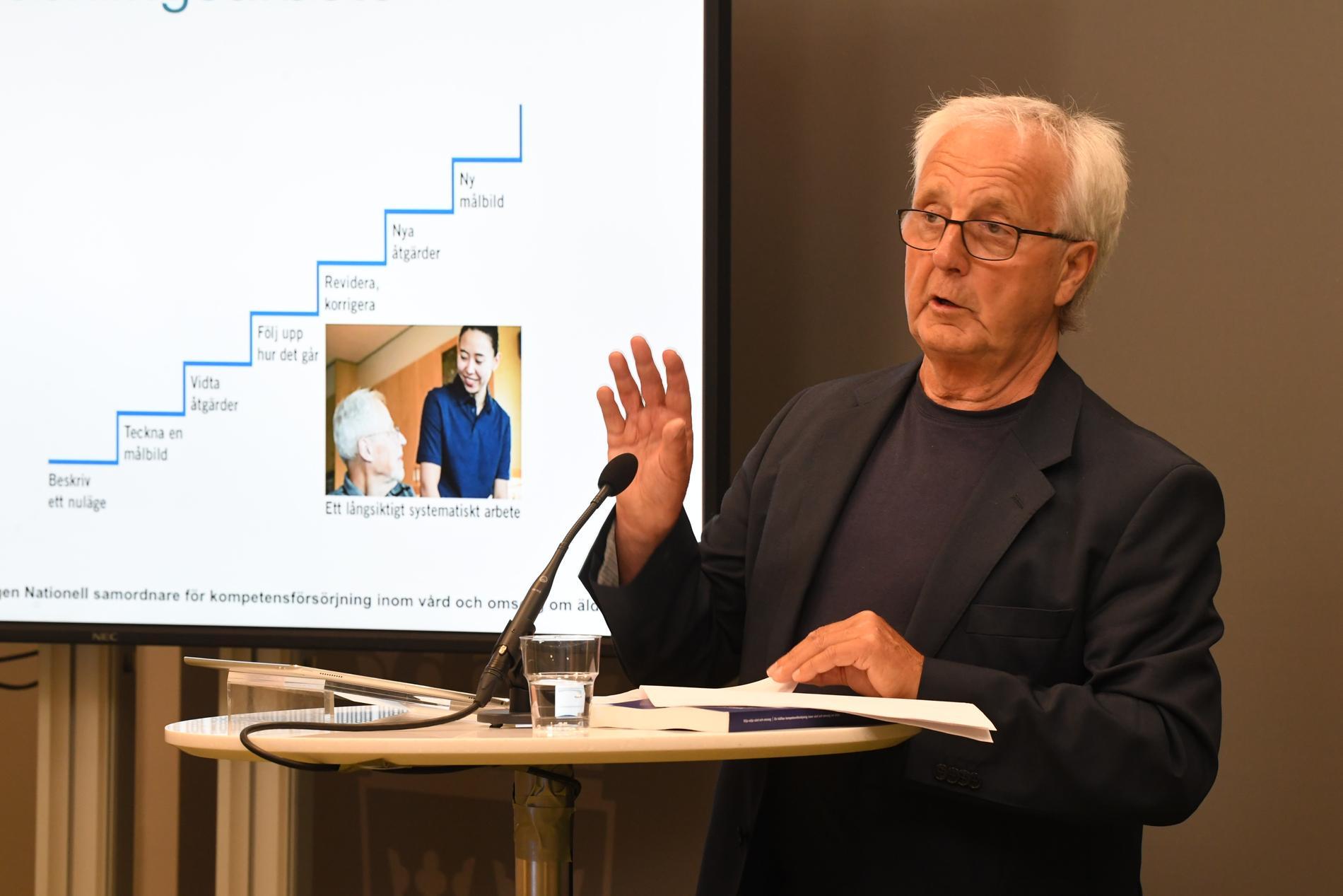 Regeringens nationelle samordnare för ökad kvalitet inom äldreomsorgen Göran Johnsson överlämnar ett betänkande till socialminister Lena Hallengren.
