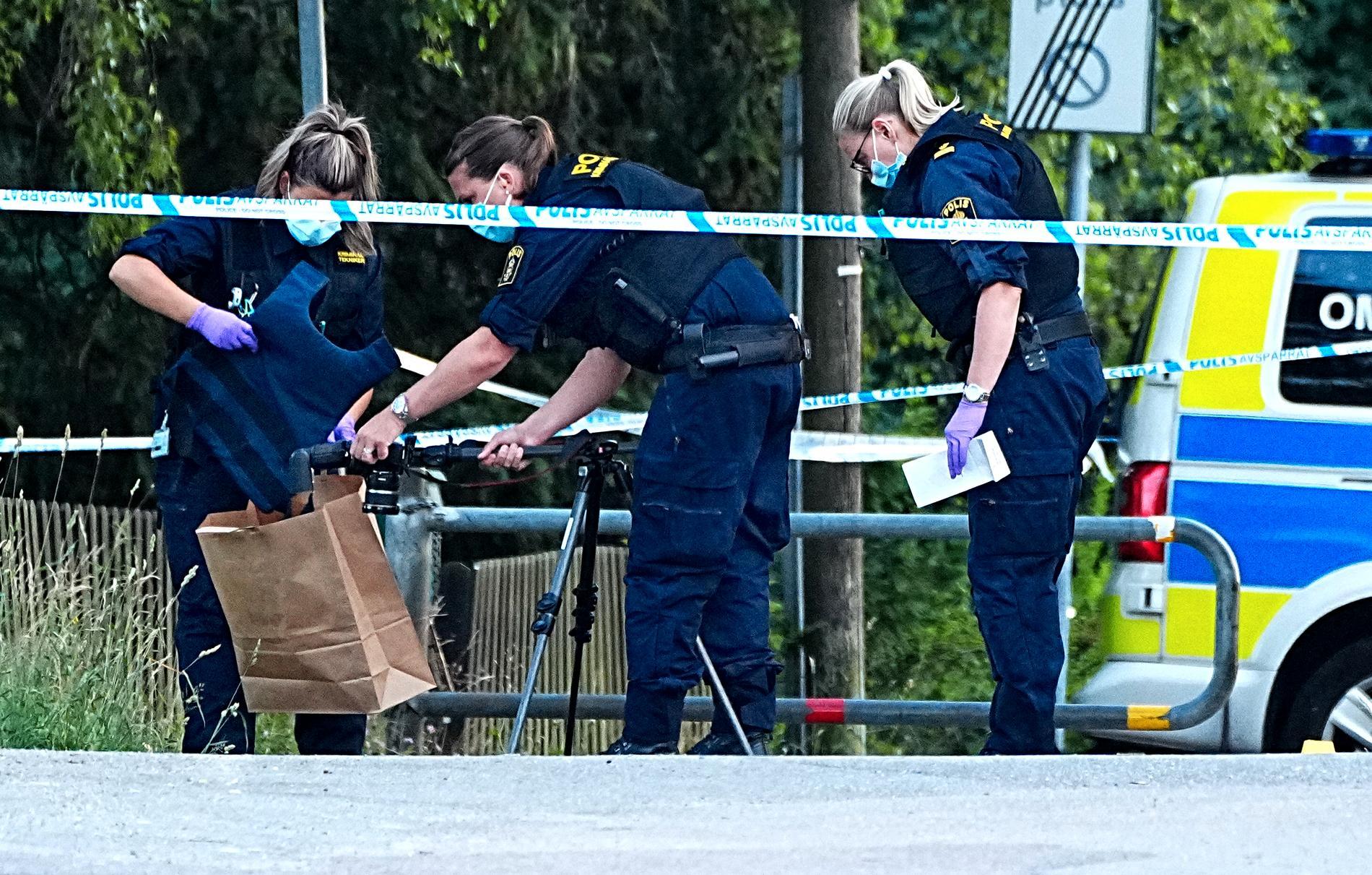 Polisen hittar en skyddsväst på platsen där den unga mannen hittades svårt skottskadad.