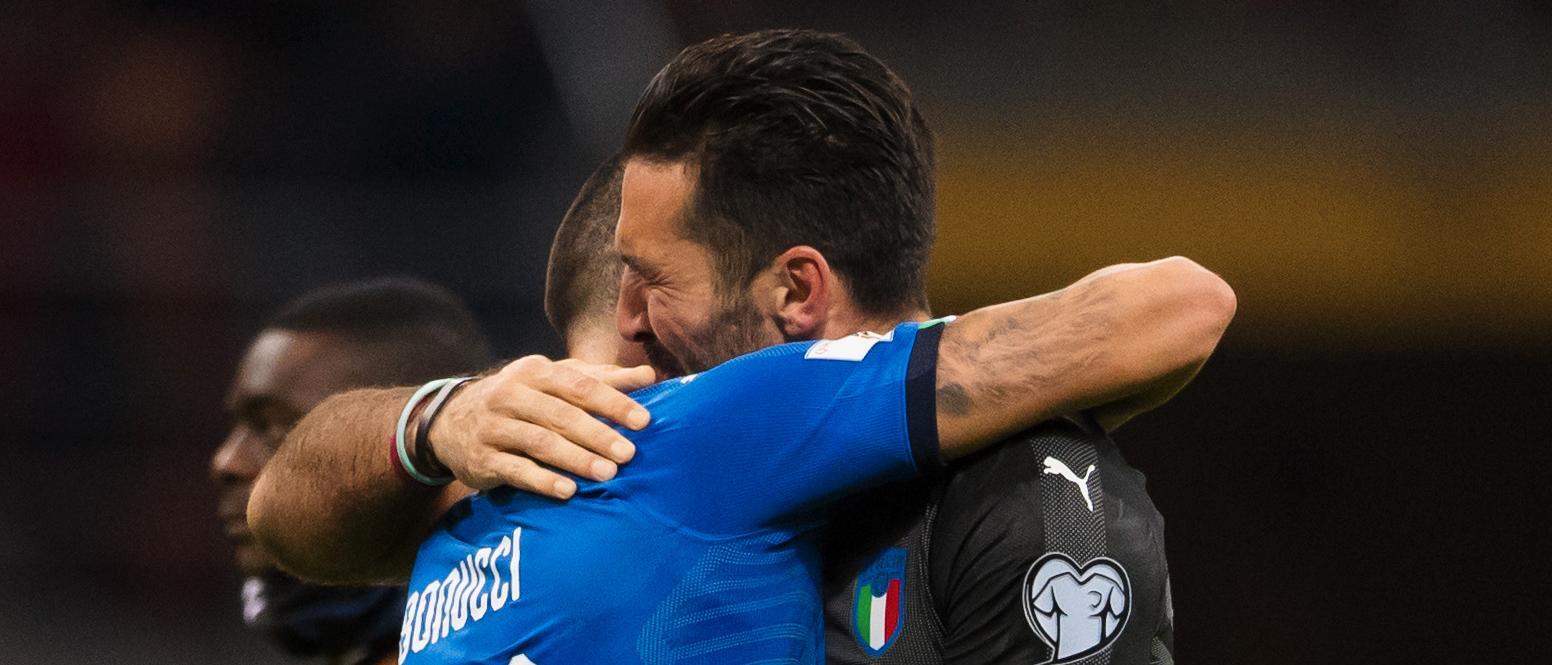 Buffon i tårar efter att Italien blivit utslagna i playoff mot Sverige.