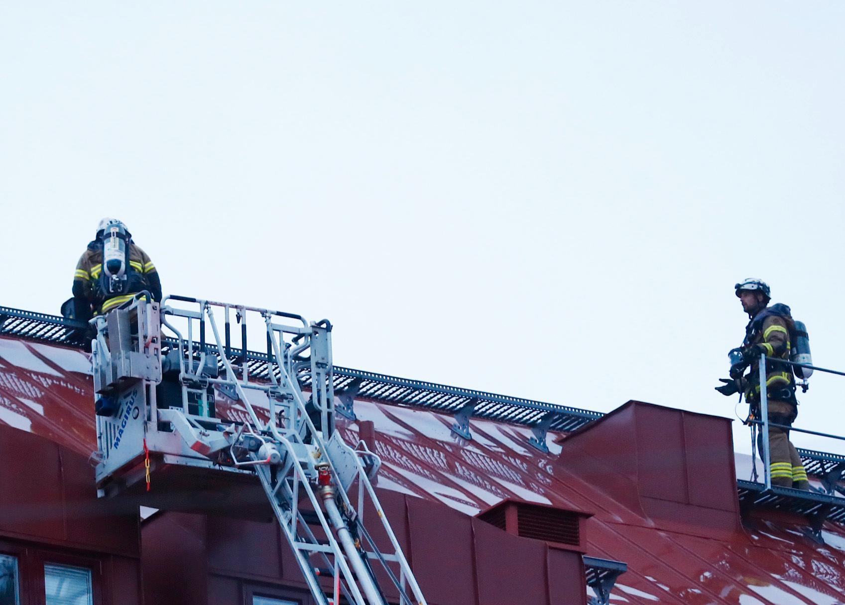 Brandmän på byggnadens tak.