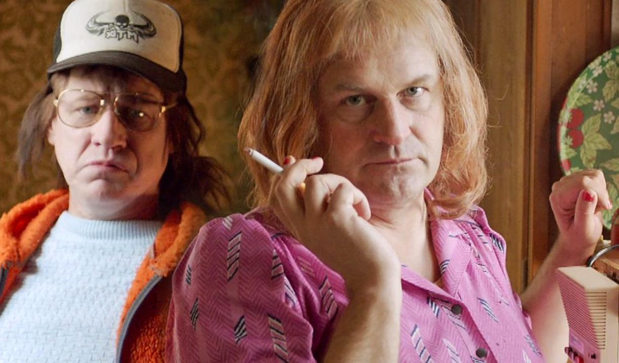 """Sonen Tobias och mamma Morran i tv-serien """"Morran och Tobias"""" (Robert Gustafsson och Johan Rheborg). En grov parodi på pojkarna som passerats av flickorna."""