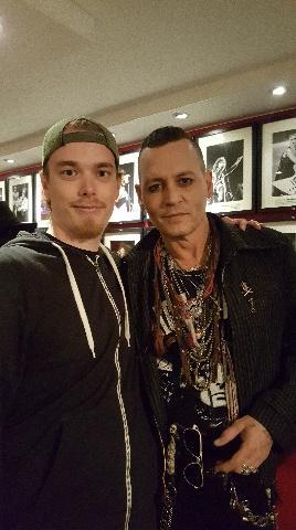 Nöjesbladets vinnare Christoffer Nykvist tillsammans med idolen Johnny Depp.