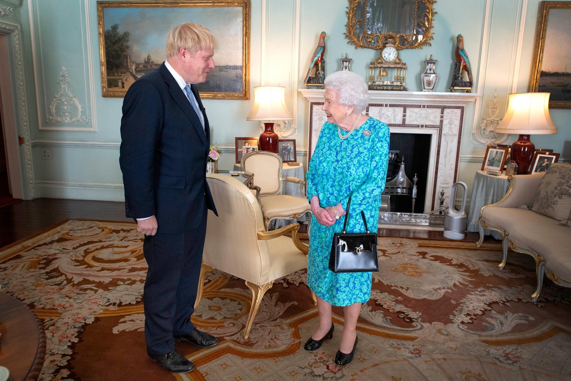 Boris Johnson och drottning Elizabeth II vid ett möte i juli. Nu väntas de mötas igen. Arkivbild.