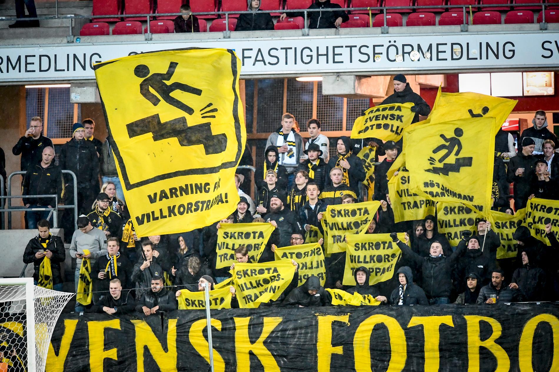 AIK:s supportrar, fans på läktaren protesterar mot den så kallade villkorstrappan. Arkivbild.