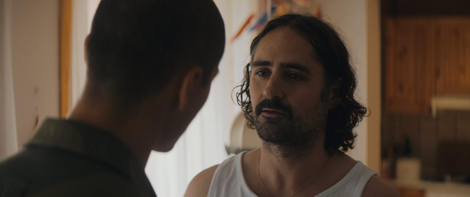 """Cengiz Al och Jonatan Rodriguez i """"Alla utlänningar har fördragna gardiner""""."""