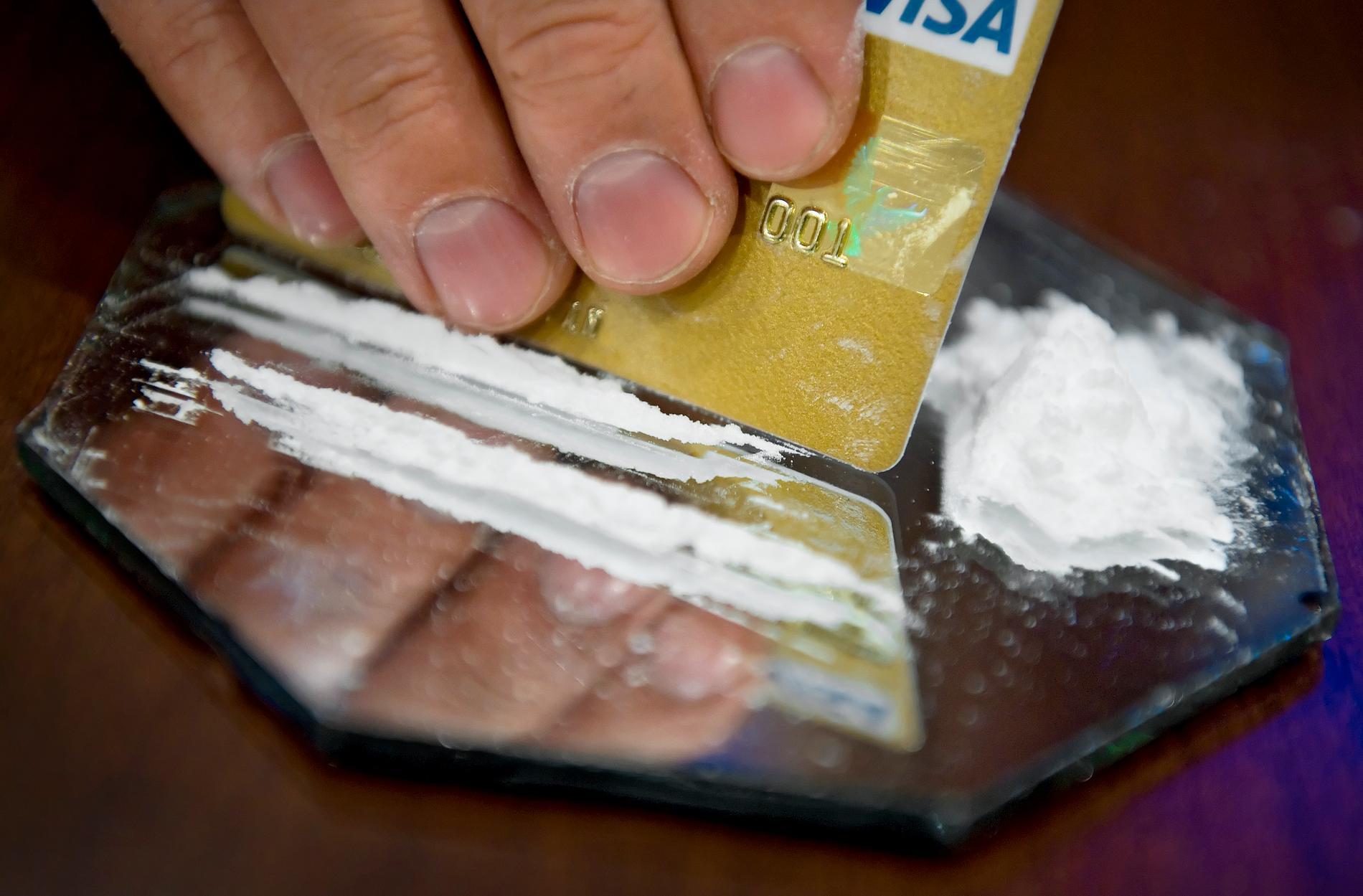 Vaccinerade som regelbundet använder cannabis och kokain lider större risk att drabbas än vaccinerade som inte gör det.