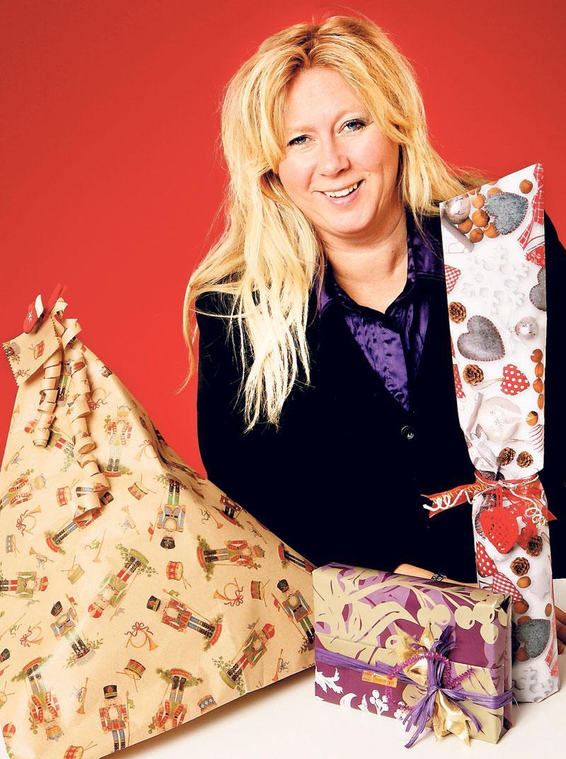 """Annica Thorberg är Skandinaviens främsta """"Gift wrap artist"""" och utbildar butikspersonal över hela Europa. Här visar hon hur du kan slå in tre typiska julklappar på ett annorlunda sätt."""