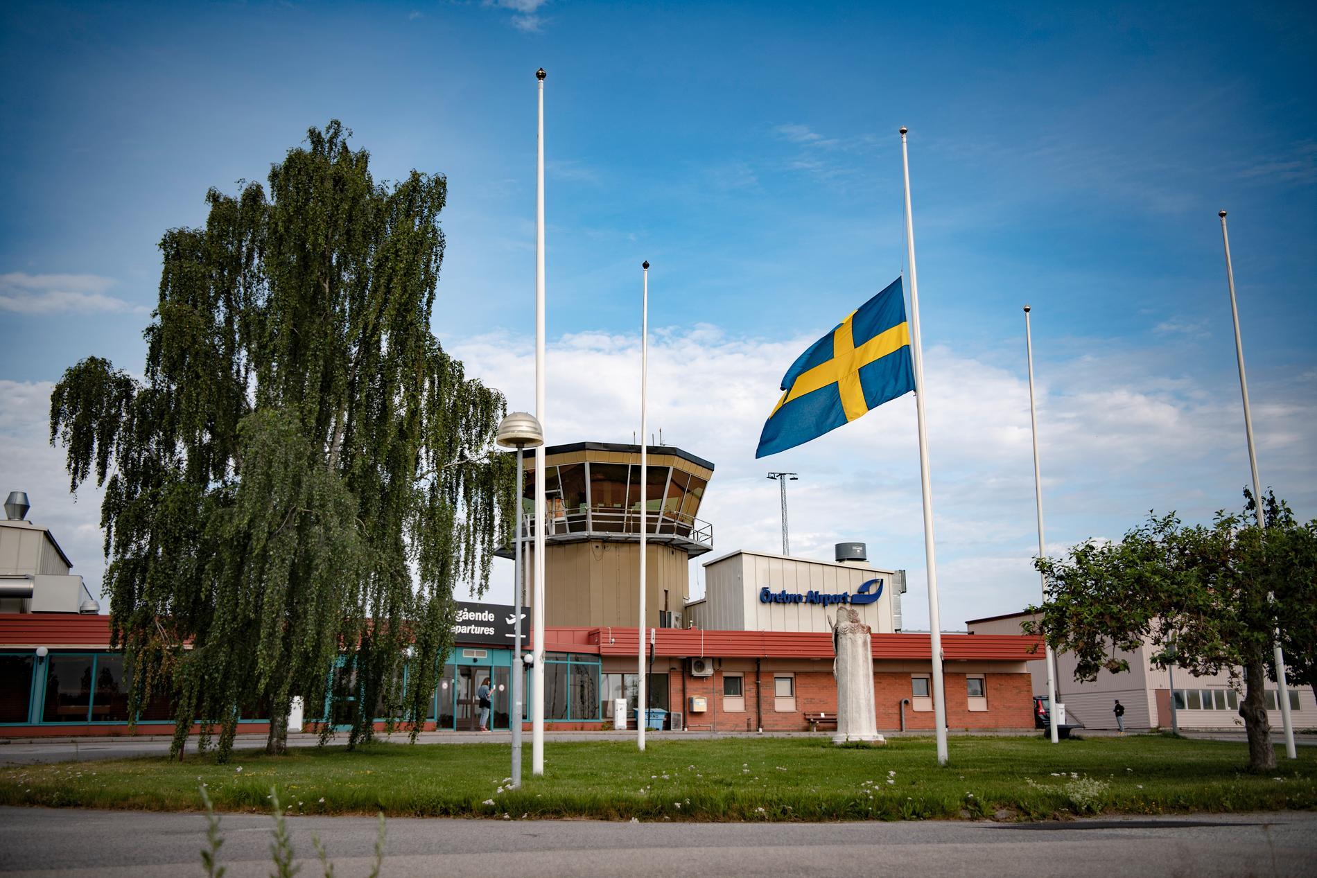 Flaggan vajar på halv stång vid Örebro flygplats.