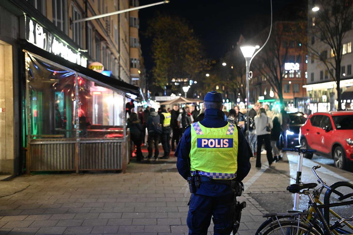 """""""Det har varit en något lugnare fredagskväll än normalt, mindre stök och mindre brott utanför krogarna"""", säger Stockholmspolisen."""