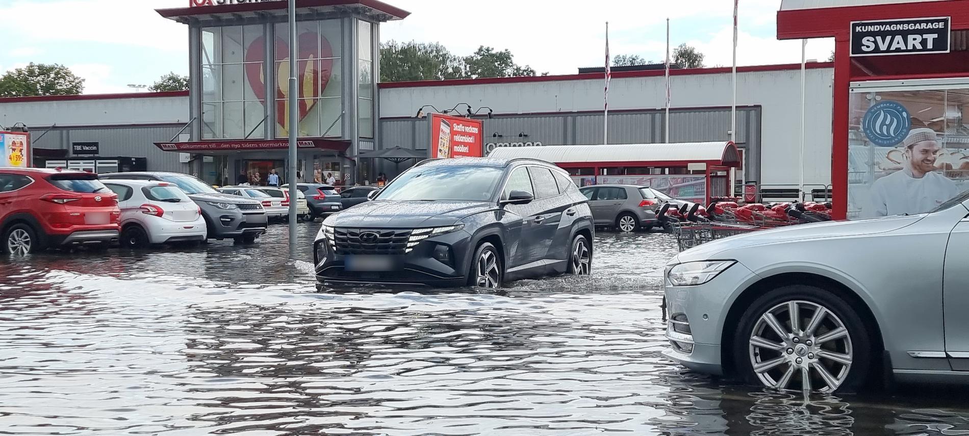 Stora vattenmassor på parkeringen utanför Ica Maxi i Kristianstad.
