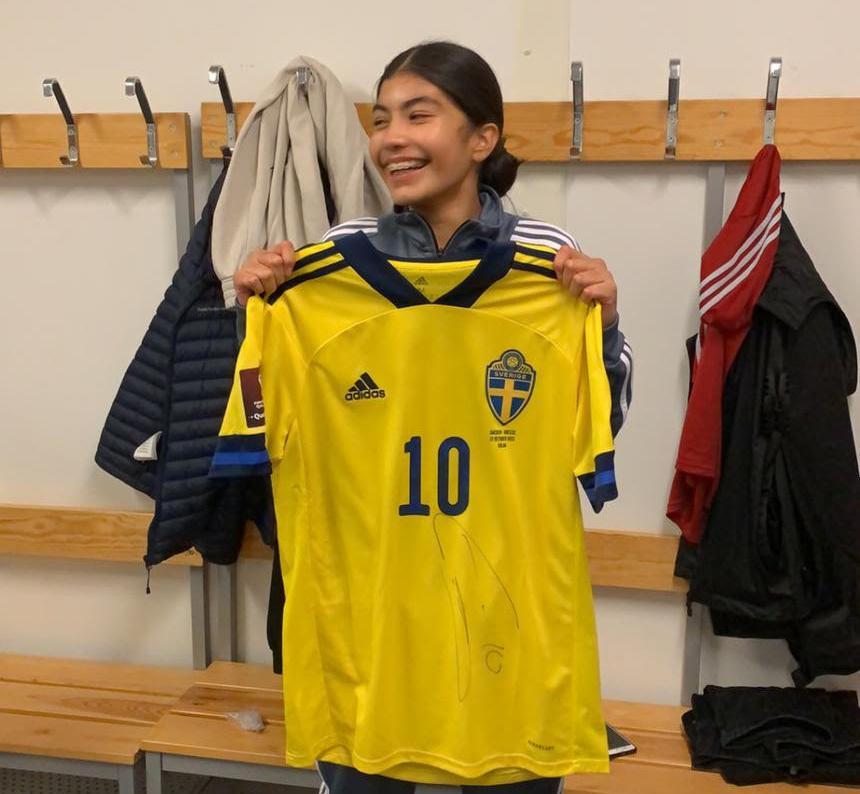 Valeria Martinez Cruz poserar med Emil Forsbergs tröja efter VM-kvalet mot Grekland.