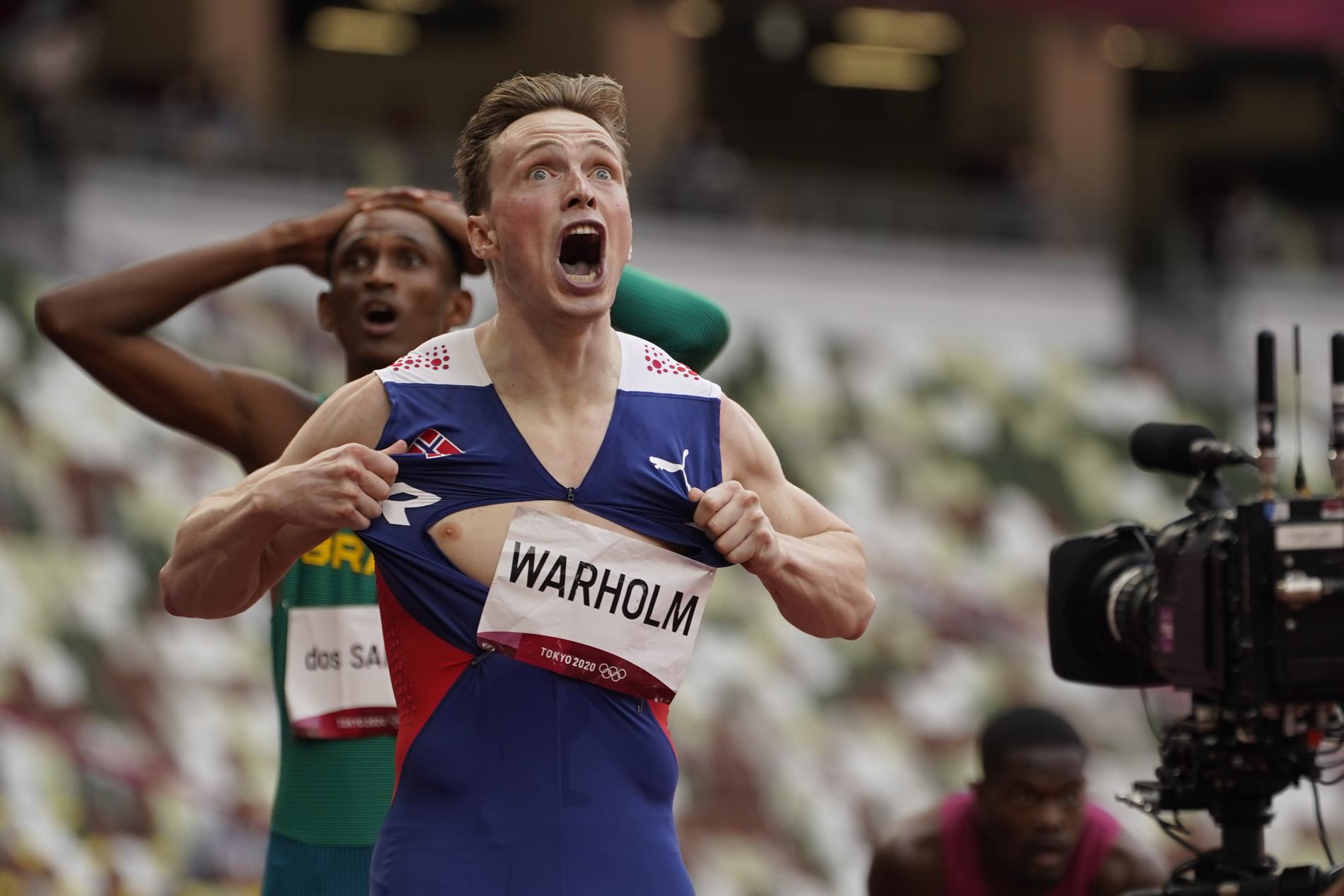 Karsten Warholm jublar efter sitt OS-guld.