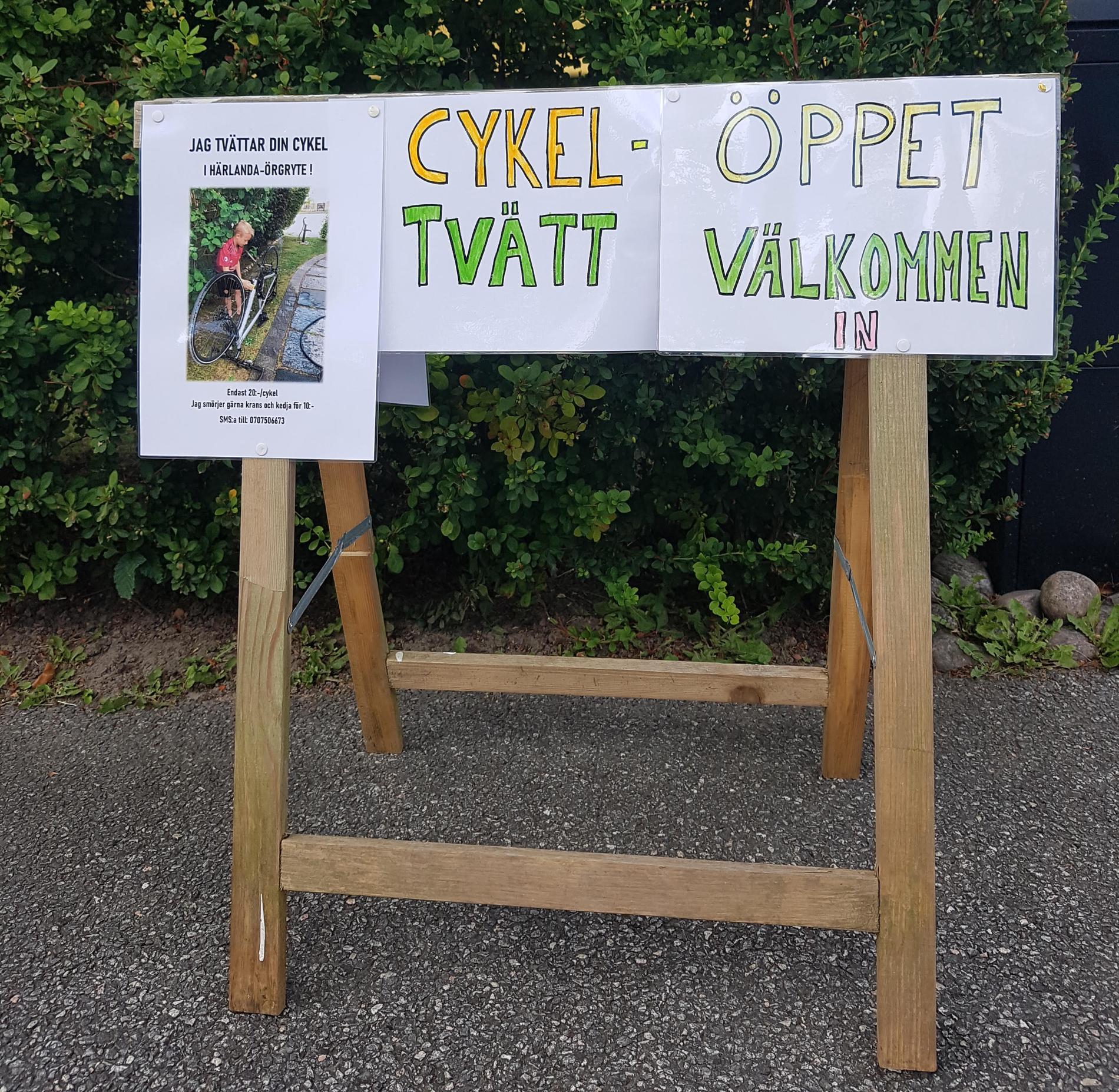 Oliver har satt upp skyltar och affischer i området där han bor.
