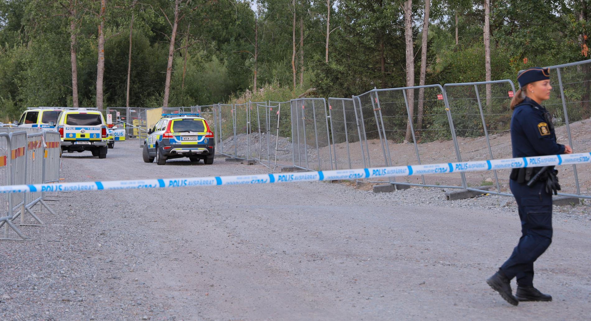 Flera män på mopeder avlossade skott mot en Audi i Upplands-Bro.