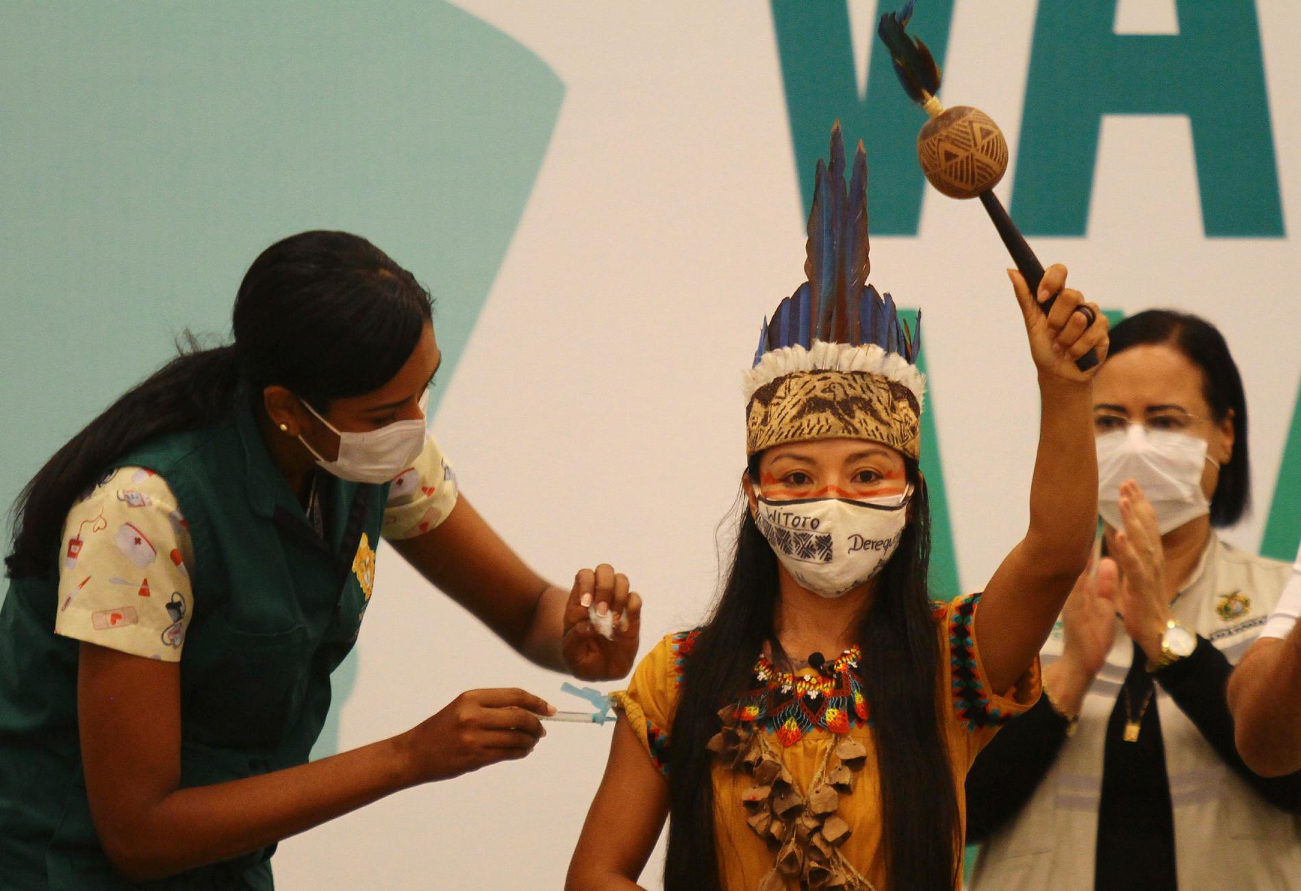 En kvinna från uitoto-folket vaccineras i Manaus i delstaten Amazonas, en delstat där gravida kvinnor har drabbats hårt. Arkivbild.