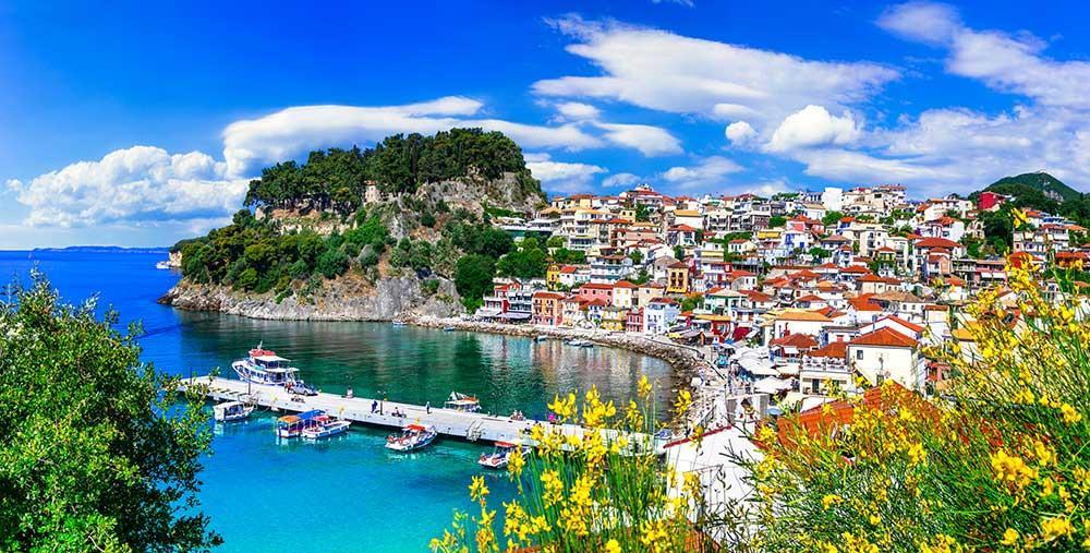 Parga är en romatisk kuststad på Greklands fastland där husen ligger upp mot en höjd och blickar ner på havet.