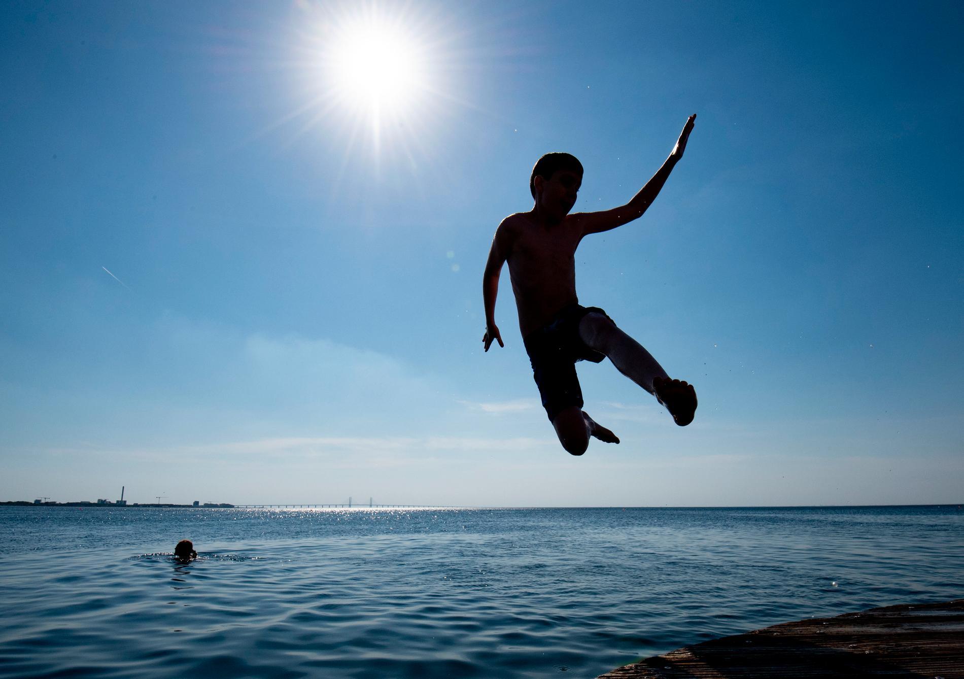 Du får bada i de flesta svenska vatten, men undvik skyddsobjekt.