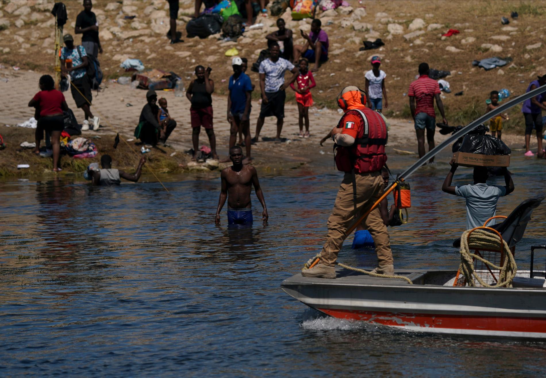 Patruller försöker stoppa migranter i området kring floden Rio Grande vid gränsen mellan städerna Del Rio i Texas och Ciudad Acuña i Mexiko.