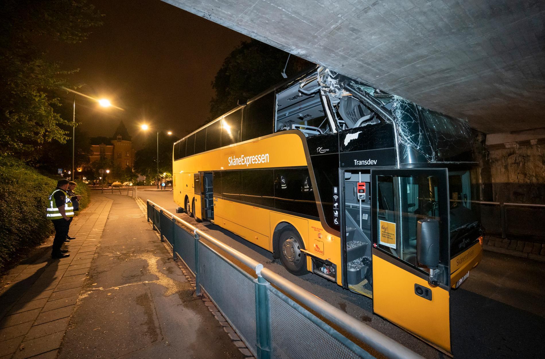 En av Skånetrafikens dubbeldäckare körde vid midnatt natten till lördagen in i en järnvägsbro i centrala Lund.