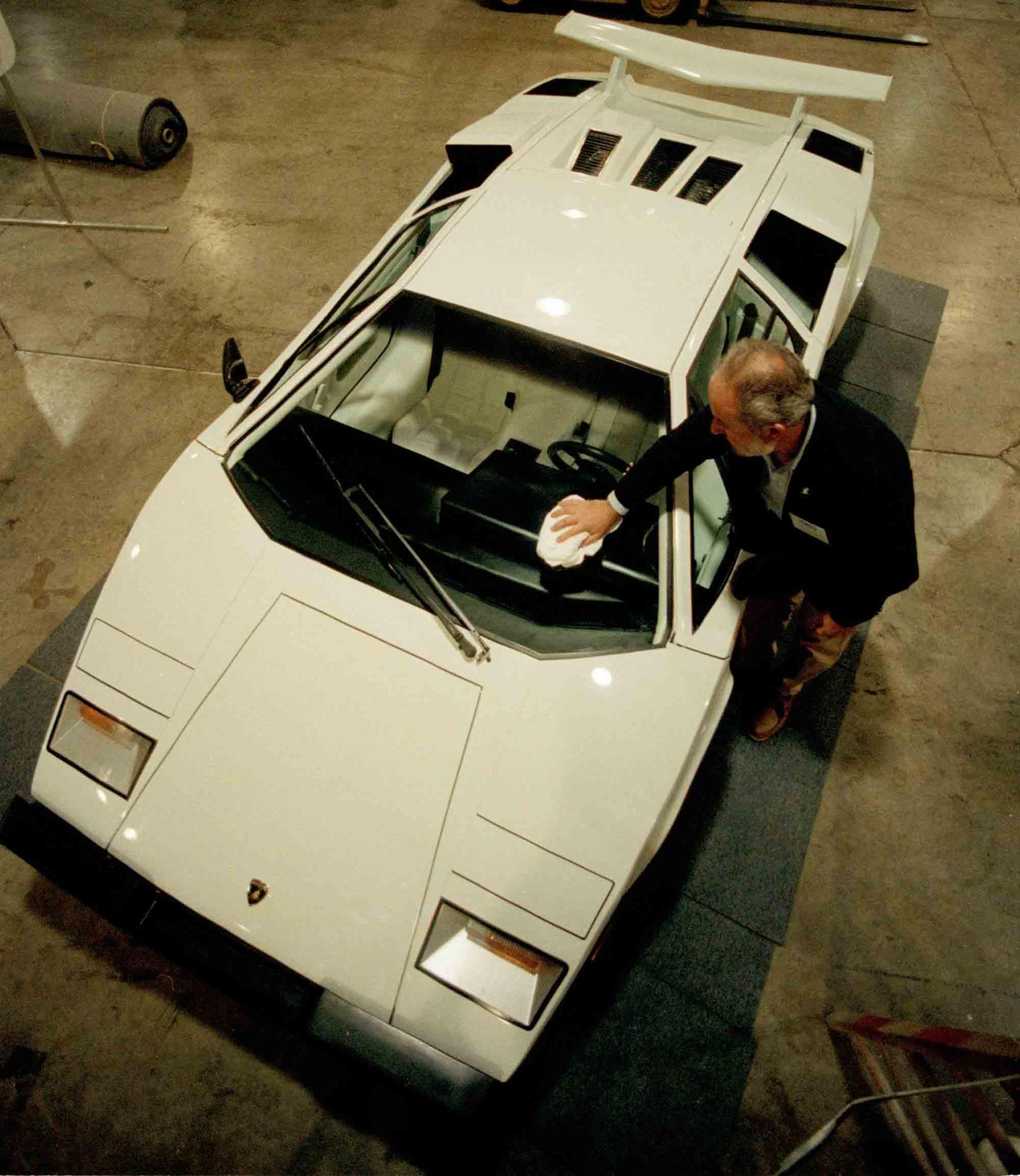 En handgjord Lamborghini Countach – här en modell från 1987 – är en dyrgrip i samlarkretsar.