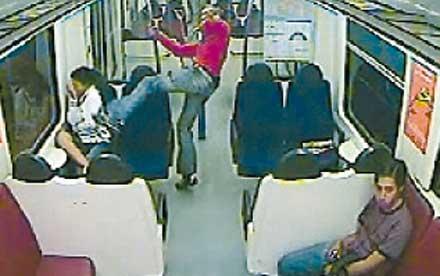 tittar bort Ingen av de övriga passagerarna på tåget reagerade när den 16-åriga flickan attackerades av rasisten.
