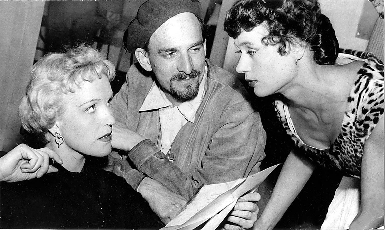 """Ingmar Bergman med skådespelarna Eva Dahlbeck och Harriet Andersson under inspelningen av filmen """"Kvinnodröm"""" 1954."""