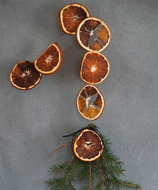 Girlang av torkade apelsinskivor ovanför den öppna spisen.