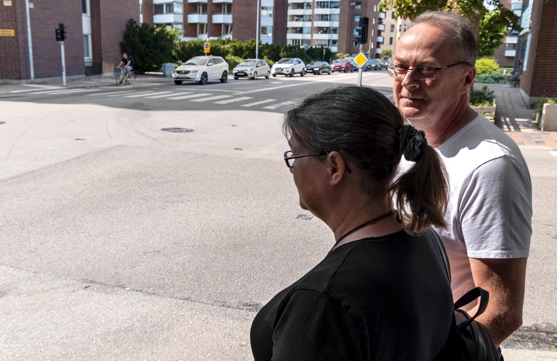 Stephan och Ann-Catrin Hermansson vid platsen där deras son Jonathan dog.