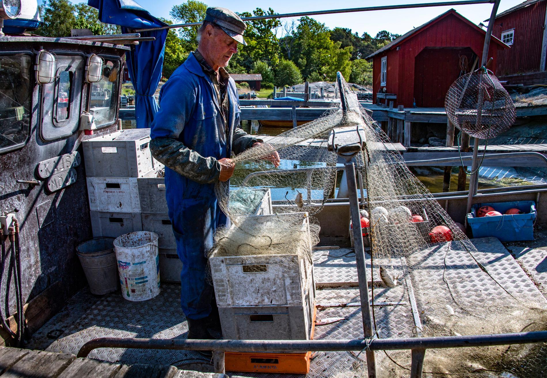 Enda sättet att tjäna pengar på småskaligt fiske är att förädla den, genom att ha ett rökeri eller restaurang, enligt Rune Wikström.