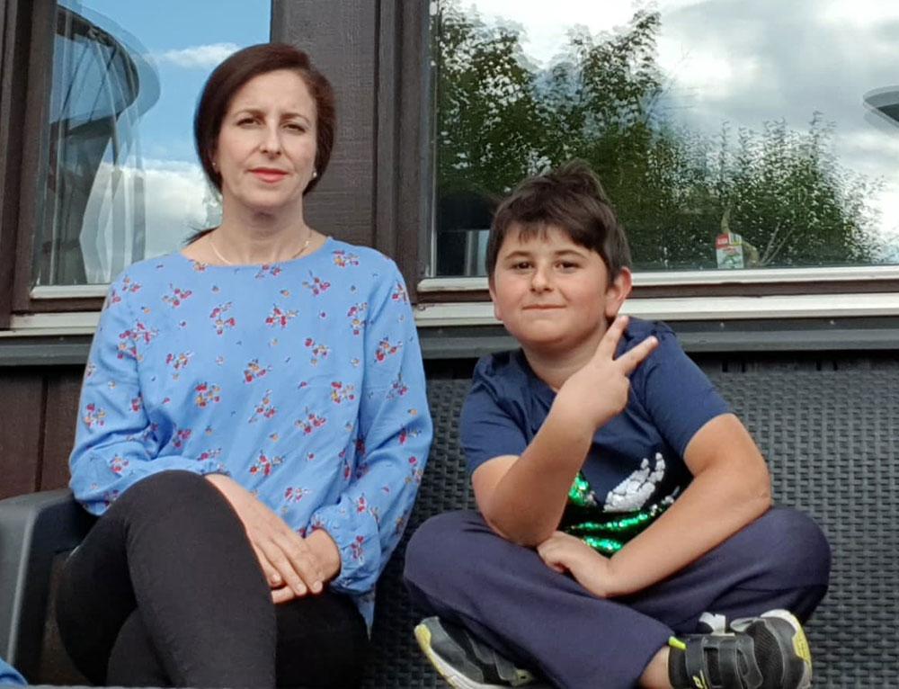 När Shahla Karimi höll på att drunkna agerade sonen Kevin snabbt. Han ropade högt på hjälp och försökte dra in sin mamma till stranden.