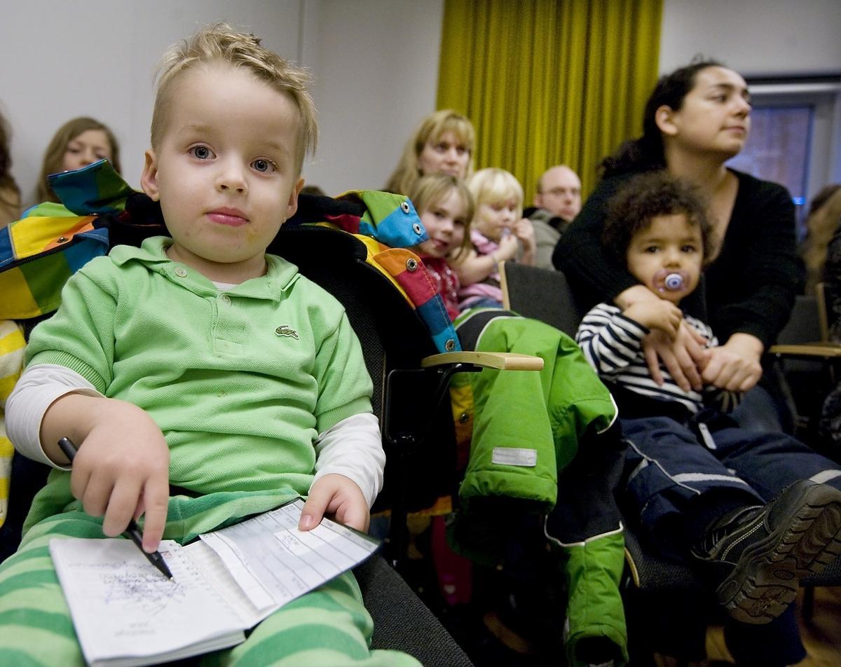 Oscar Bastrup Kviesgaard, 3,5, (till vänster), Gunilla Elmenius med barnen Tess och Sofia Elmenius, (mitten) samt Tamara Numhauser med sonen Samuel Jimeno Numhauser, 2, var några av dem som kom till protestmötet i stadshuset