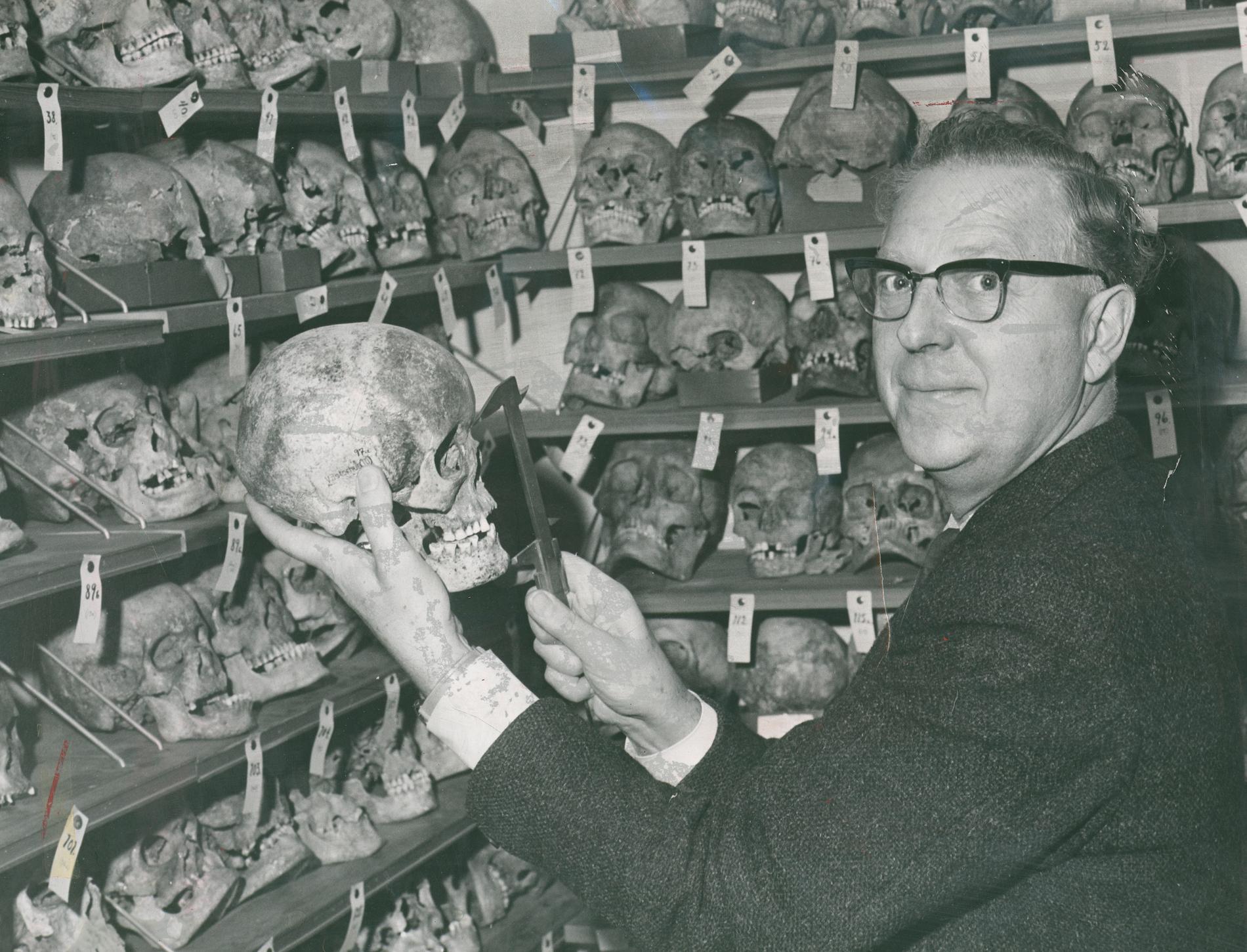 I samband med återlämningen av kvarlevorna har man nu upptäckt att den internationellt kända svenska forskaren Nils-Gustaf Gejvall ägnade sig åt rasbiologi.