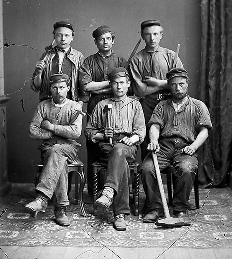 Grupporträtt av arbetare cirka 1864–1877.