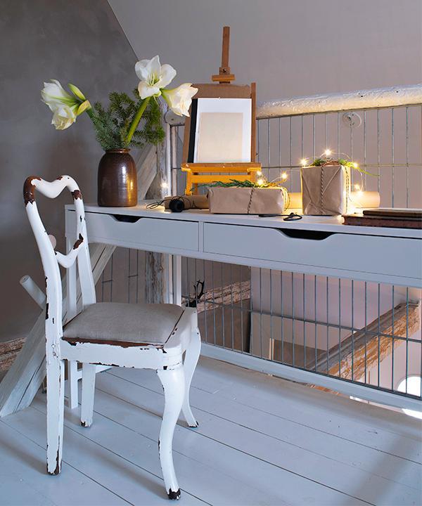 Skrivbordsplatsen där Amanda har utrymme för att skapa och pyssla. Den vackert slitna trästolen är omklädd i enkelt linnetyg. Höganäskruset är arvegods och det lilla nätta bordsstaffliet fyndades på Erikshjälpen i Helsingborg. Skrivbord från Ikea.