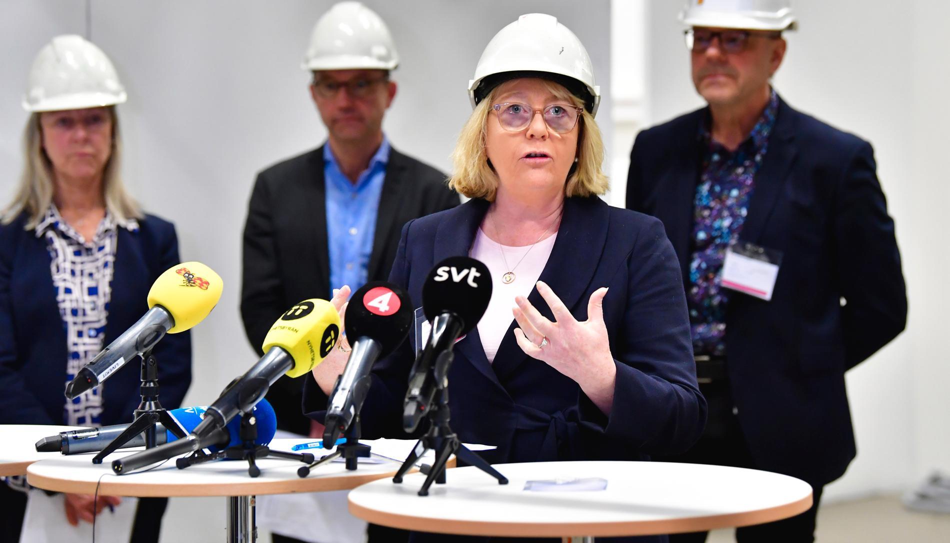Stockholms regionråd Irene Svenonius (M) tycker att staten borde ta ansvar för den våldsamma utvecklingen i miljonprogrammen. Men har själv inga idéer på lösningar av de sociala problemen.
