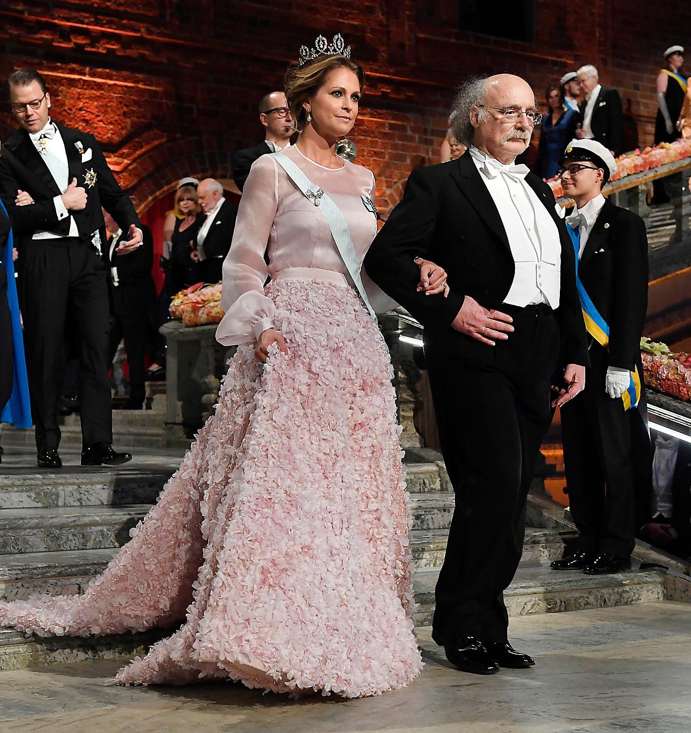 2016 valde Madeleine återigen Fadi el Khoury. Den blekrosa klänningen hade puffärmar och nederdelen var prydd med tusentals blomrosetter av organza.