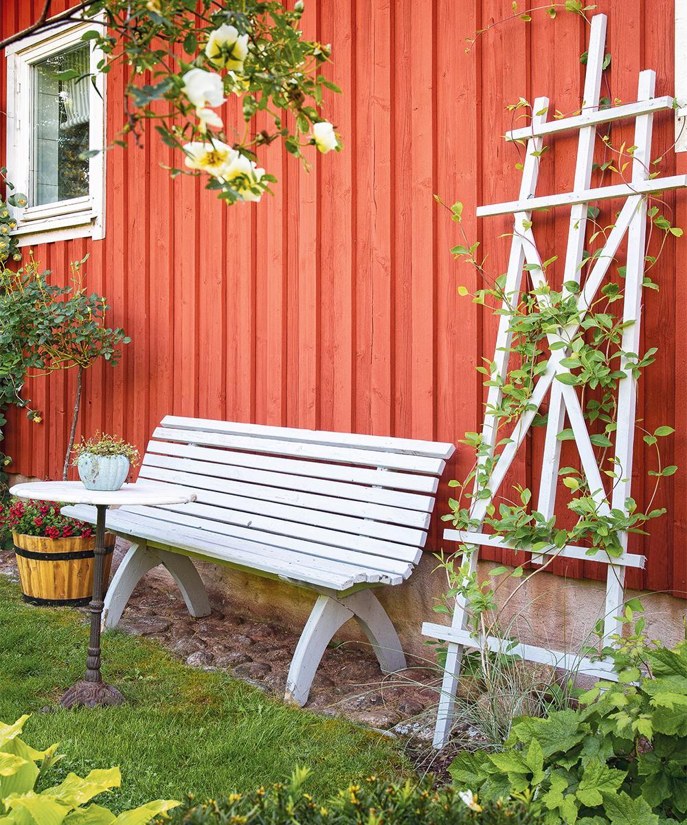 """En trädgård behöver många """"rum"""" där man kan njuta av grönskan och solen vid olika tider på dagen."""