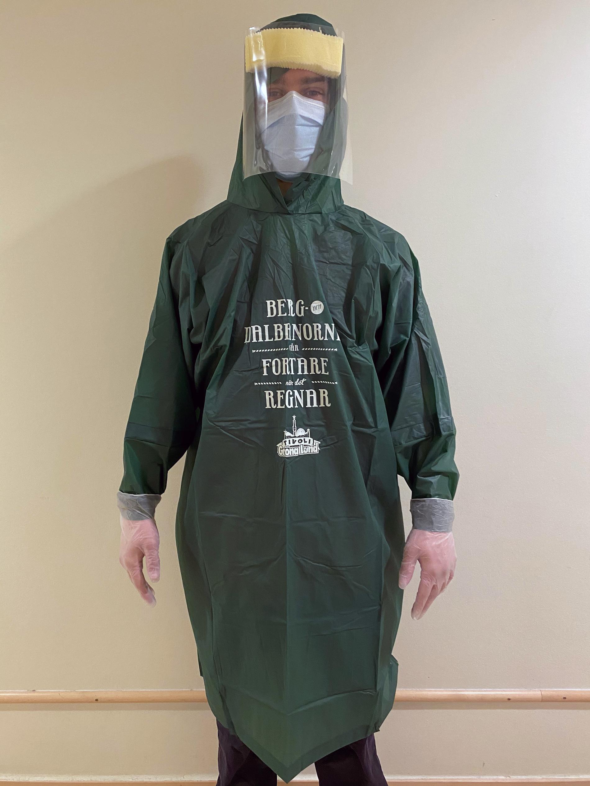 Sjukvårdspersonal i Gröna lund-poncho.