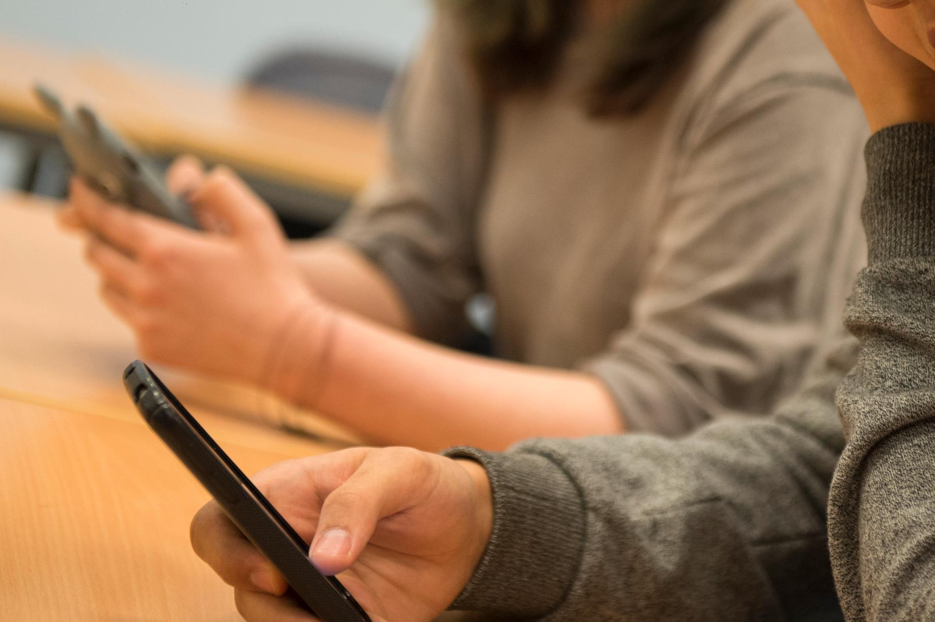 Mobilen i klassrummet är både ett hjälpmedel och ett störningsmoment, enligt eleverna själva. Arkivbild.