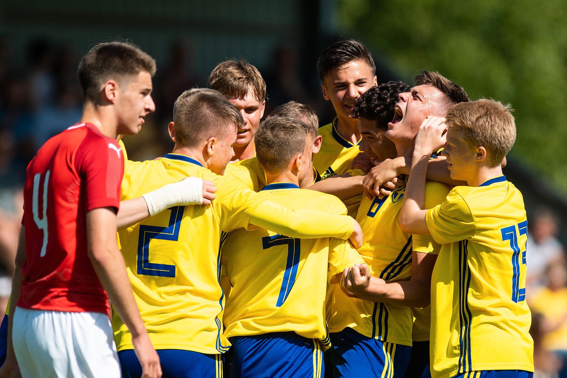 Uefa har bjudit in till utvecklingsturneringar för nationslag så unga som 14 år. Det tvingas Sverige tacka nej då egna systemet sätter stopp för det. Bilden är tagen från en match med Sveriges P16-landslag 2016.